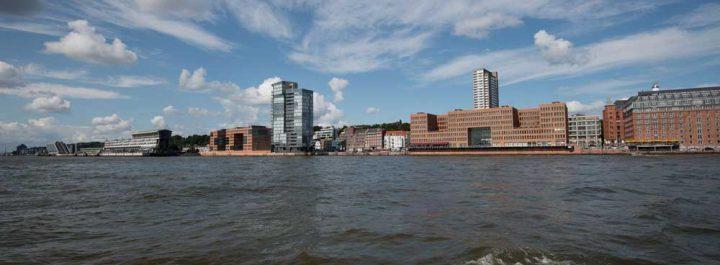 Fahrt auf der Elbe mit Blick auf die Stadt