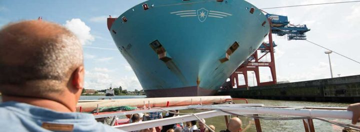 Hafenrundfahrt mit Blick auf ein riesiges Containerschiff